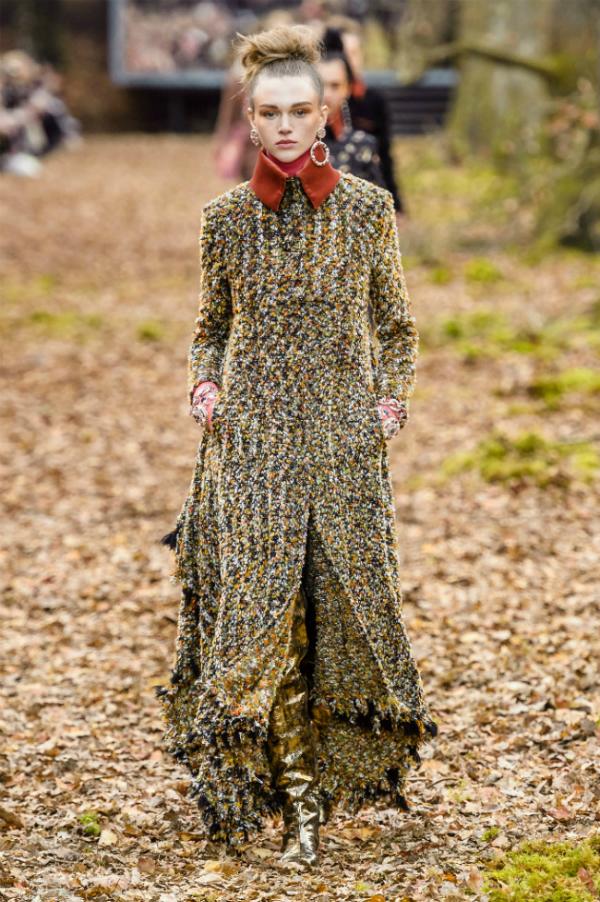 Người mẫu của Chanel sải bước trong khu rừng mùa thu - 8