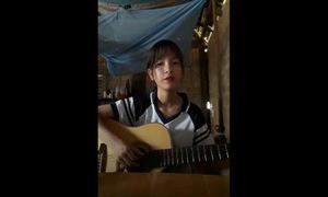 Nữ sinh chơi đàn guitar và cover hit 'Havana'