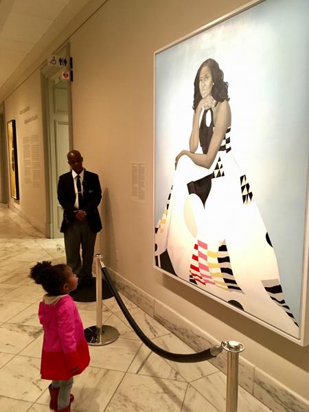 Bức ảnh Parker đứng nhìn tranh chân dung của bà Michelle gây sốt mạng xã hội. Ảnh: Instagram