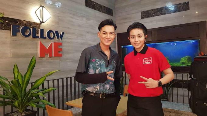 Ali Hoàng Dương chụp ảnh cùng Gil Lê khi tham gia chương trình.