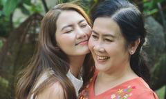 Ngọc Lan nhõng nhẽo khi chụp ảnh với mẹ