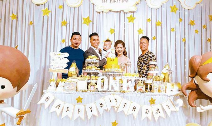 Chia sẻ với Ngoisao.net, diễn viên Việt Anh cho biết, những người tham gia đều là bạn bè thân thiết nên không khí rất ấm cúng.Bé Đậu Đậu là trái ngọt đầu tiên trong cuộc hôn nhân của Việt Anh và bà xã Hương Trần.
