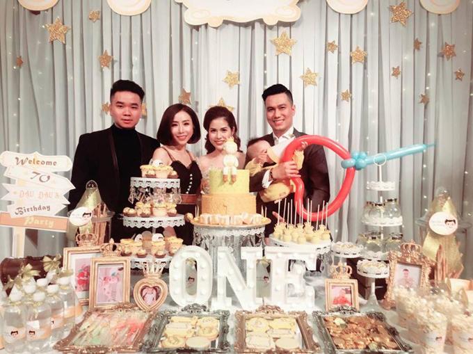 Tối 6/3, diễn viên Việt Anhtổ chức tiệc thôi nôi cho con trai tại một khách sạn 5 sao tại Hà Nội. Con trai Việt Anh sinh ngày 6/3/2017, tên thật là Hoàng Khôi và thường được bố mẹ gọi bằng tên thân mật là Đậu Đậu.