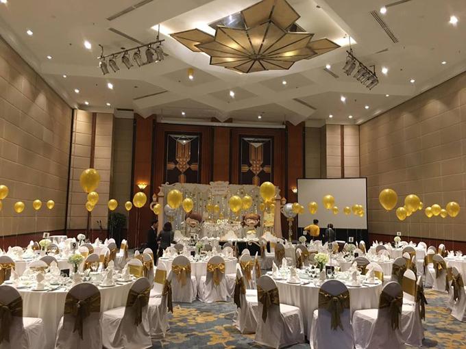 Không gian bữa tiệc cũng được trang trí bằng nhiều bóng bay màu đồng điệu với backdrop chụp ảnh.