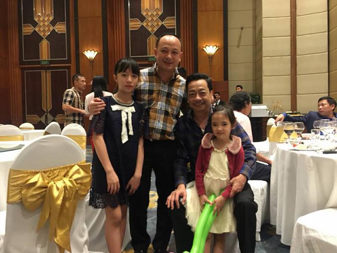 Người phán xử - NSND Hoàng Dũng có mặt tại buổi tiệc. Đối với Việt Anh, NSND Hoàng Dũng không chỉ là một người đồng nghiệp mà còn là người thầy, người cha đáng kính trong cuộc sống. Ngoài NSND Hoàng Dũng, một số thành viên của đoàn làm phim Người phán xử cũng đến dự tiệc.