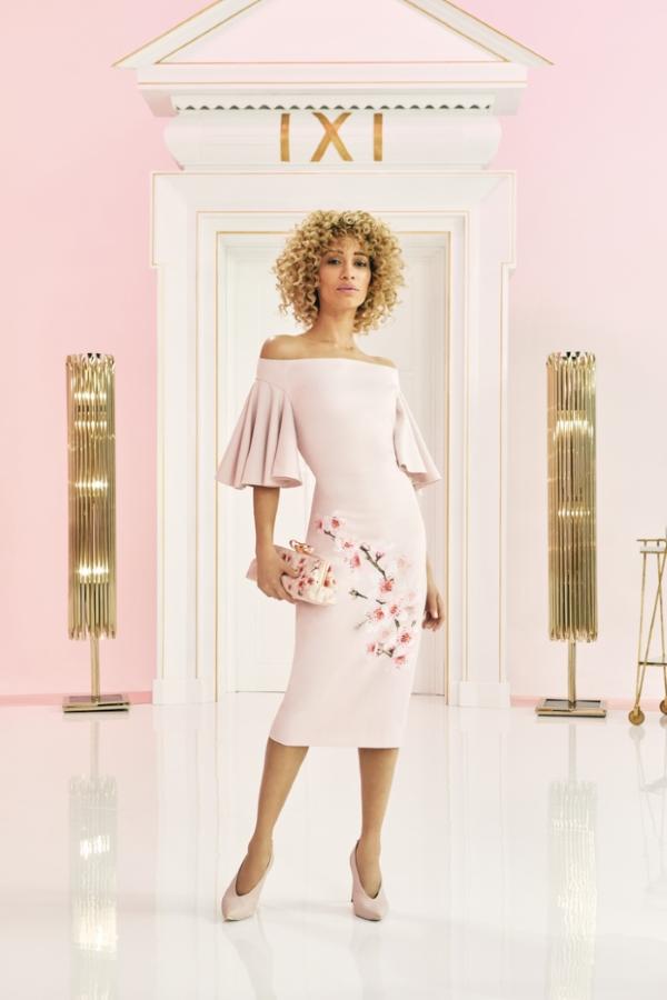 Vẻ sang trọng và hiện đại bất tận trong từng thiết kế trên các sắc độ của tông hồng quyến rũ, mang đến sự đa dạng sắc thái của tủ đồ mùa mới, và linh hoạt của từng trang phục để phù hợp với mọi màu da.