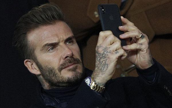 Thủ quân một thời của tuyển Anh selfie trước khi trận đấu bắt đầu.