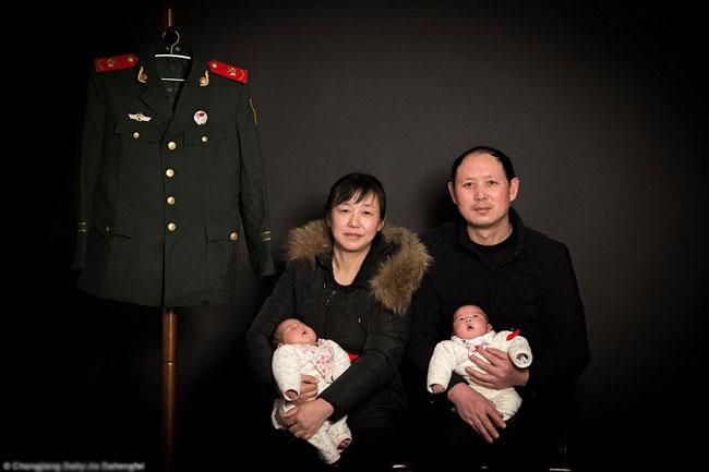 Bức ảnh gia đình ý nghĩa và xúc động của Pang - Fang, hai con sinh đôi và bộ quân phục của con trai cả.