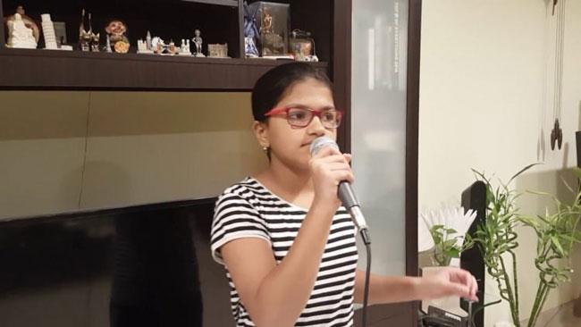 Suchetha tập hát ở nhà.