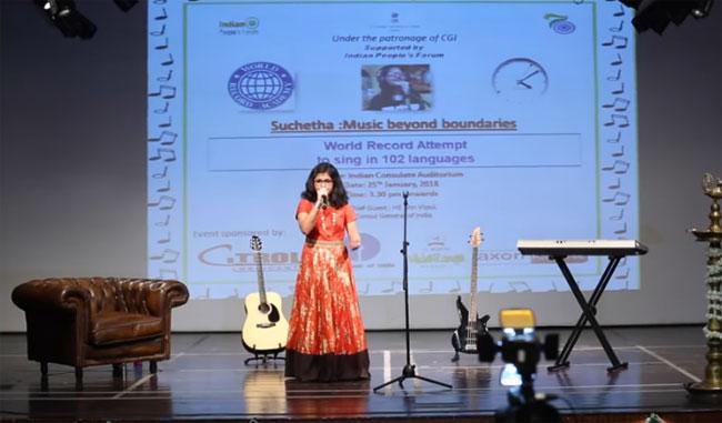 Cô bé 12 tuổi biểu diễn trên sân khấu.