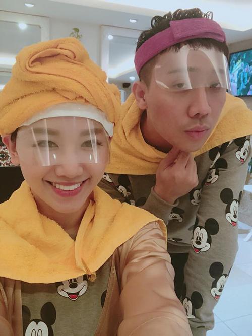 Vợ chồng Hari - Trấn Thành diện đồ đôi cùng nhau đi làm tóc.