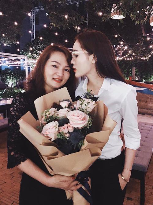 Kỳ Duyên tổ chức tiệc sinh nhật cho mẹ và tâm sự: Chỉ mong nhiều năm sau nữa mẹ vẫn luôn mạnh khoẻ , xinh đẹp như này thôi.