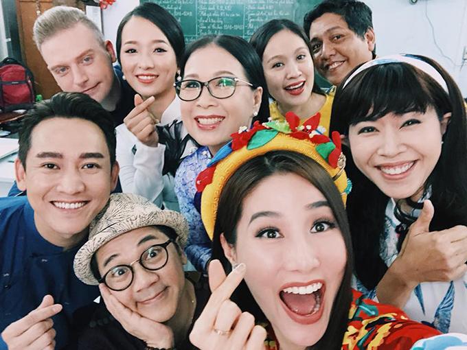 Diễm Mỹ 9X đăng ảnh bên dàn sao khủng như nghệ sĩ Kim Xuân, Thành Lộc, vợ chồng Thanh Thuý - Đức Thịnh, MC Quỳnh Hoa, Hứa Vỹ Văn, Kyo York trong chương trình giao lưu truyền cảm hứng về áo dài Việt.