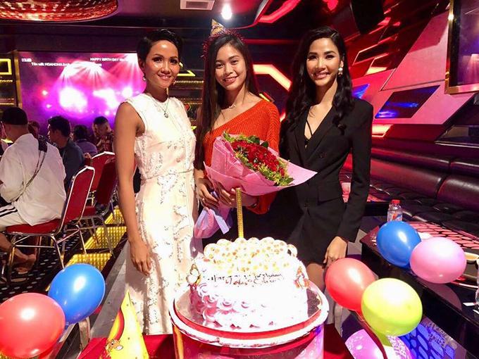 Mâu Thuỷ hạnh phúc trong ngày sinh nhật bên team Hoàn Vũ của mình gồm Hoàng Thuỳ và HHen Niê.