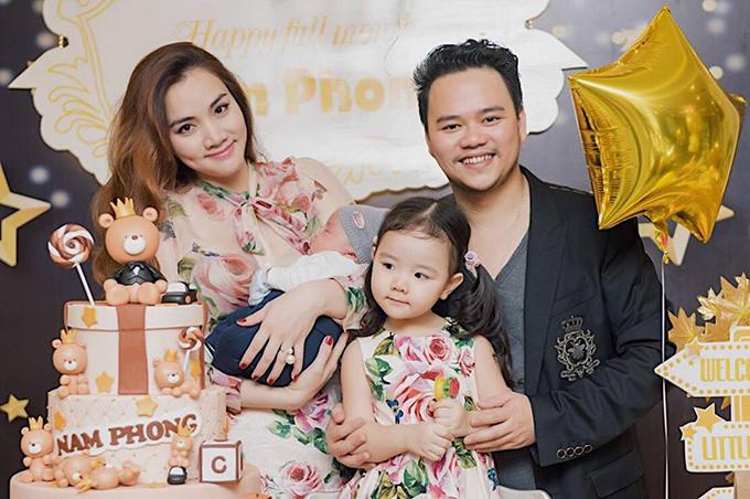 Trang Nhung và ông xã tổ chức tiệc mừng con trai tròn một tháng tuổi. Bà mẹ hai con mặc đồ đôi cùng con gái lớn.