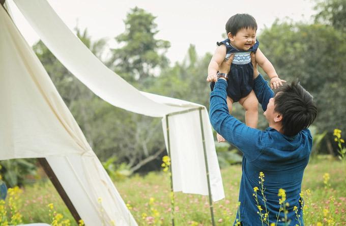 Đạo diễn Việt kiều James Ngô rất cưng chiều quý tử. Dù bận rộn nhưng anh luôn dành thời gian chăm sóc và chơi đùa cùng con.