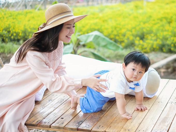 Con trai Khánh Hiền thích thú đi chơi ngoài trời cùng bố mẹ - 5