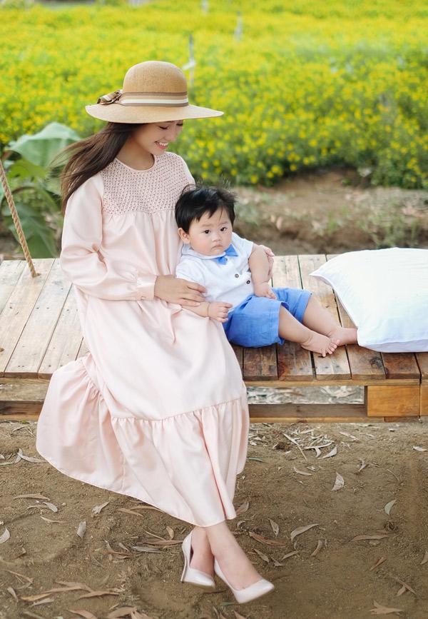 Nữ diễn viên Tôi thấy hoa vàng trên cỏ xanh đã lấy lại vóc dáng thon thả sau sinh. Cô chuộng mặc những bộ cánh kiểu dáng điệu đà, cổ điển phù hợp với nhan sắc dịu dàng, mong manh của mình.