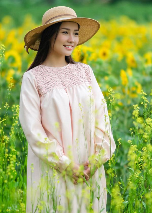 Khánh Hiền đang chờ đợi một vai diễn thích hợp để quay lại màn ảnh sau gần một năm vắng bóng. Bộ ảnh do nhà sản xuất Nguyễn Thiện Khiêm, chuyên gia trang điểm Xuân Cảnh và nhà thiết kế Tay hỗ trợ thực hiện.