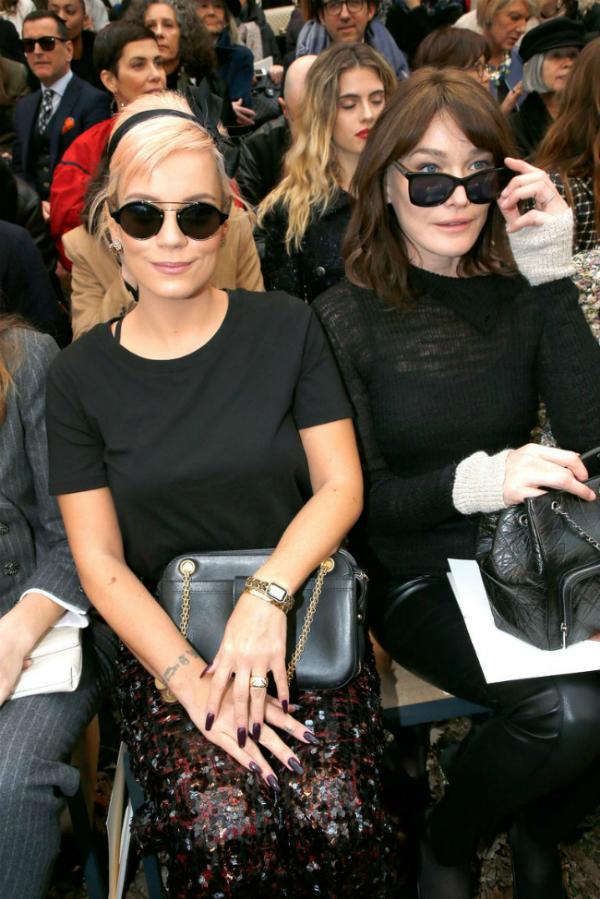 Lily Allen (bên trái)vàCarla Bruni (bên phải) ngồi hàng ghế đầu tại show Chanel thu đông 2018.