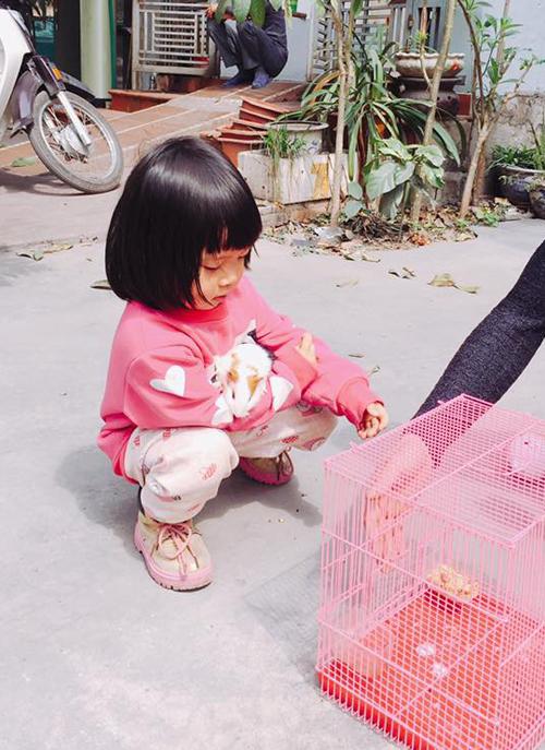 Cô bé nói chưa sõi thích kéo vali bỏ nhà đi để giúp đỡ bạn bè - 1