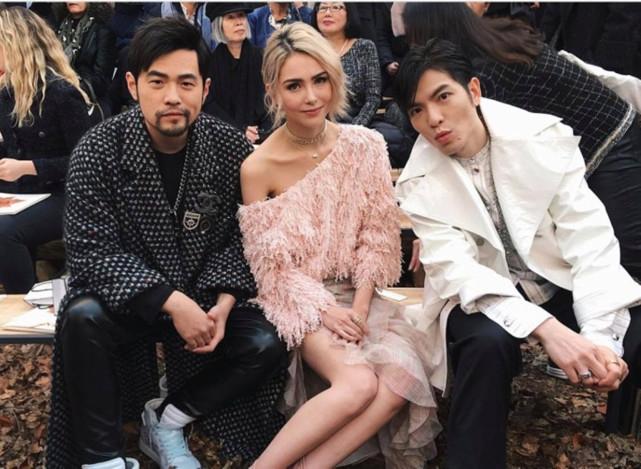 Cùng góp mặt tại chuỗi sự kiện trong khuôn khổ Tuần lễ Thời trang Paris 2018 có nhiều nghệ sĩ Hoa ngữ như vợ chồng Châu Kiệt Luân, tài tử Tiêu Kính Đằng (áo trắng).