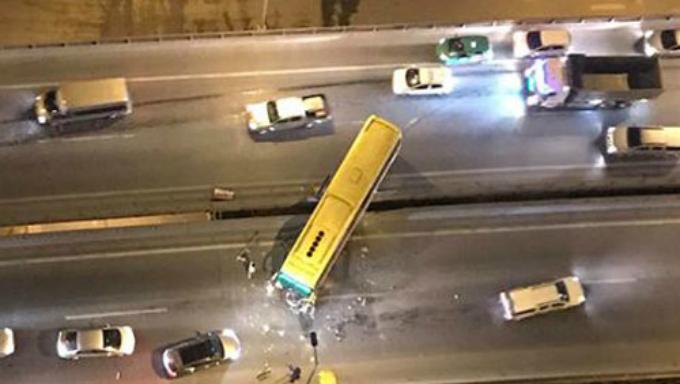 Chiếc xe khách đâm bắn vài mét dải phân cách giữa và quay ngang đường. Ảnh: Chiều Đoàn