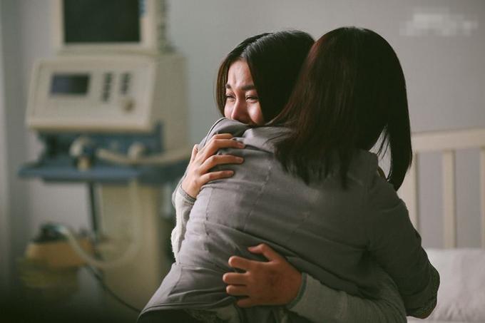 Hình ảnh Thanh Hằng nức nở khóc trong phim Tháng năm rực rỡ.