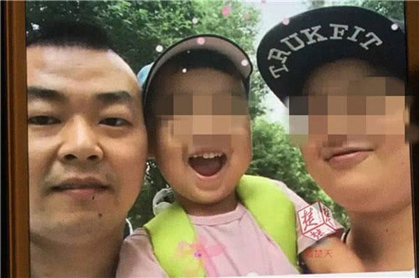 Daozhou chụp ảnh bên vợ và con trai đầu lòng.