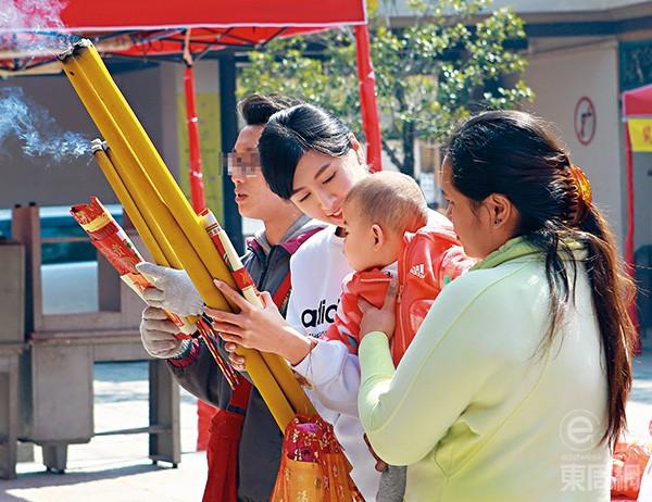 Triết Dưđưa bé gái tới chùa cầu may dịpđầu năm.