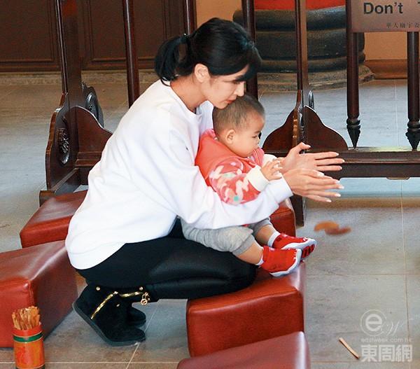 Á hậu Hong Kong cùng con cầu nguyện.