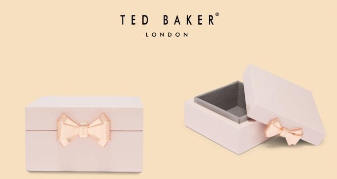 Bộ sưu tập Fuchsia sẽ chính thức có mặt tạicửa hàng Ted Bakertừ tháng 3/2018. Đặc biệt, từ ngày 08/3 khi quý khách mua sắm các sản phẩm nữ trong với hóa đơn từ 8,000,000đ trở lên, sẽ được nhận ngay một một đựng trang sức cao cấp của Ted Baker.