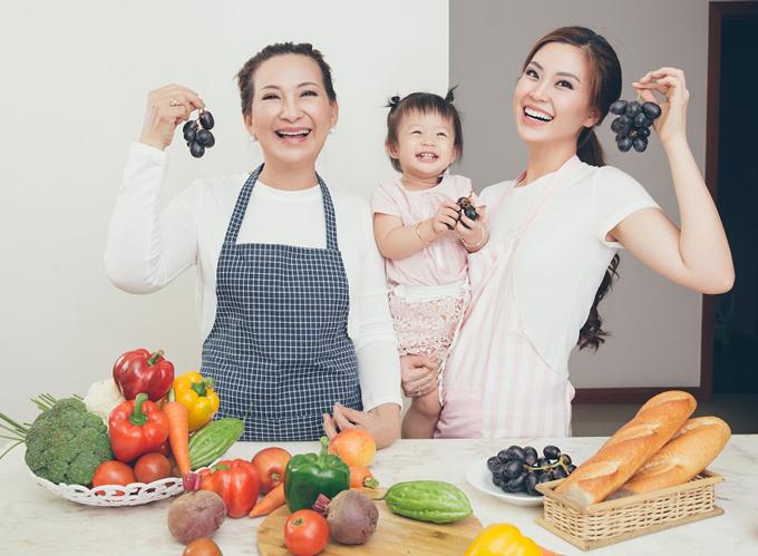 Diễm Trang cùng mẹ ruột và con gái Julia lần đầu làm mẫu ảnh cùng nhau.