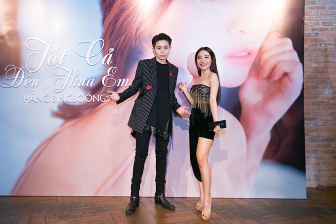 Gil Lê xuất hiện tại họp báo của Hằng BingBoong chiều 7/3 với phong cách mặc tomboy quen thuộc. Ngoài đời, họ là bạn bè thân thiết, thậm chí còn gọi nhau là bố - con.