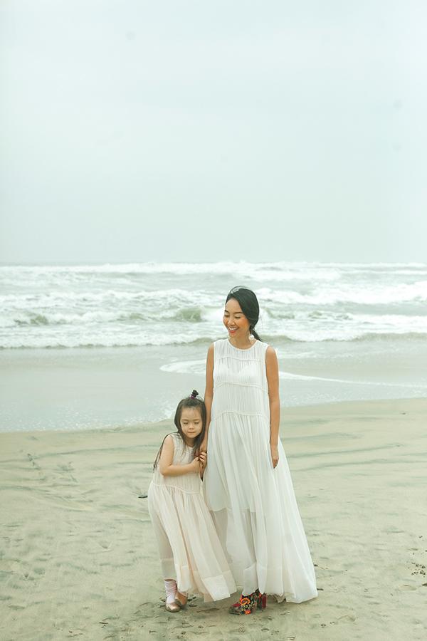 Con gái Đoan Trang mặc váy đôi với mẹ dạo biển