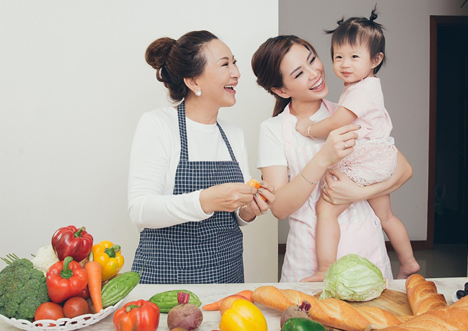 Á hậu Việt Nam 2014 chia sẻ, cuộc sống bận rộn khiến cô không còn nhiều thời gian dành cho mẹ. Nhân dịp 8/3, người đẹp muốn thực hiện bộ ảnh kỷ niệm 3 thế hệ phụ nữ trong gia đình và gửi gắm thông điệp yêu thương tới đấng sinh thành.