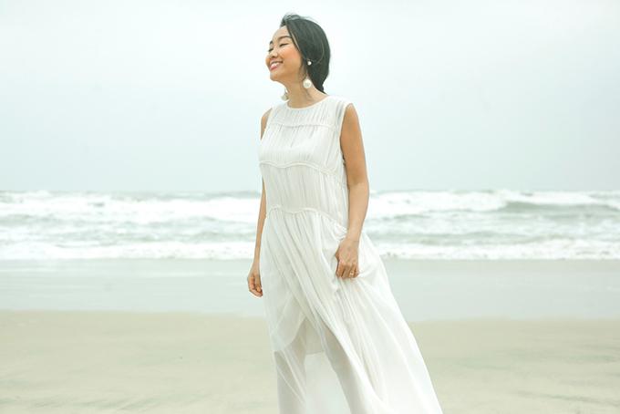 Con gái Đoan Trang mặc váy đôi với mẹ dạo biển - 9