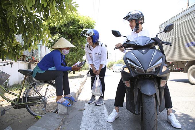 Quang Đăng, Thái Trinh chở nhau bằng xe máy đi tặng quà 8/3 cho phụ nữ nghèo - 9