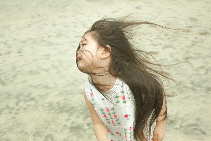 Con gái Đoan Trang mặc váy đôi với mẹ dạo biển - 10