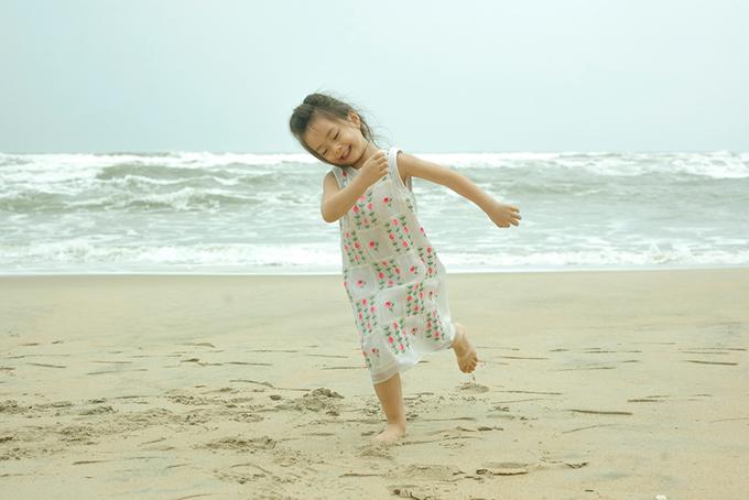 Con gái Đoan Trang mặc váy đôi với mẹ dạo biển - 11