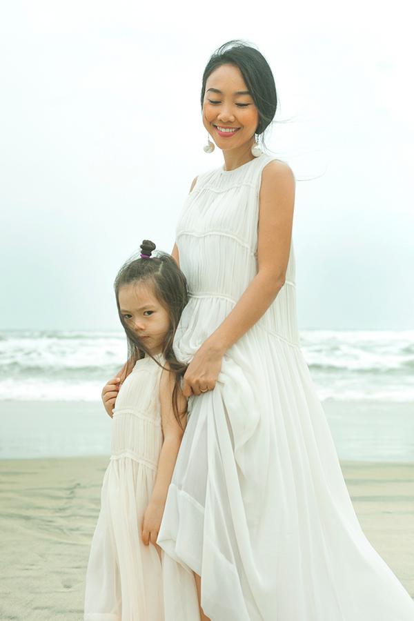 Con gái Đoan Trang mặc váy đôi với mẹ dạo biển - 1