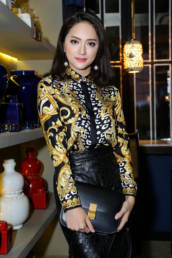 Sơ mi họa tiết bắt mắt không chỉ dễ dàng mix đồ đến công sở, khi tham gia các buổi tiệc tùng chị em có thể tham khảo cách phối áo hot trend đi cùng chân váy giả da của Hương Giang.