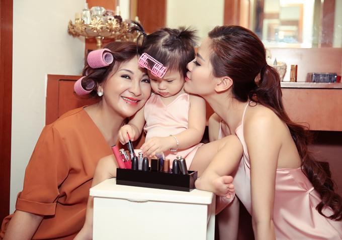 Mẹ Diễm Trang hạnh phúc bên cháu ngoại và con gái xinh đẹp.