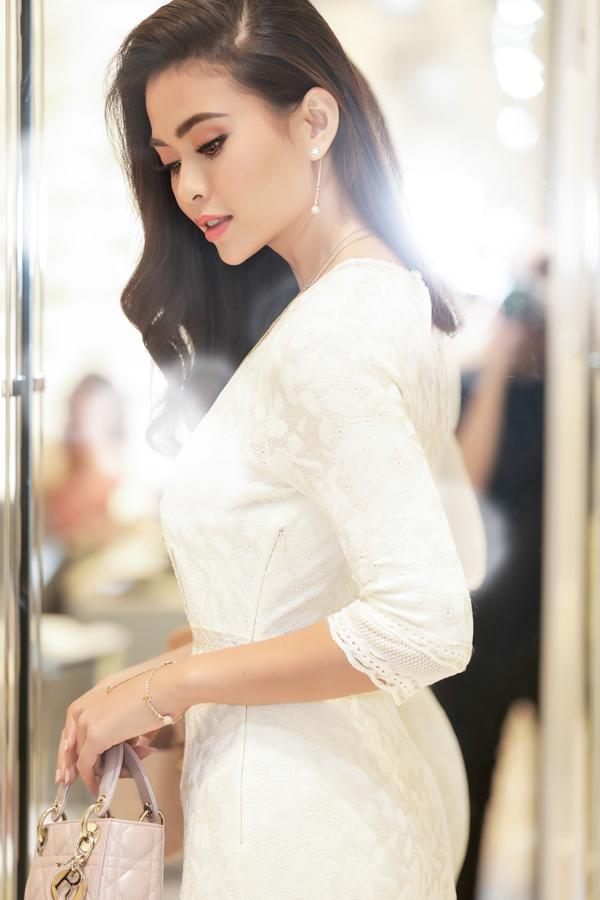Từ khi đăng quang Á hậu Hoàn vũ Việt Nam, người đẹp đầu tư chăm chút vẻ ngoài kỹ lưỡng. Cô được nhiều người khen ngày càng xinh đẹp, quyến rũ.