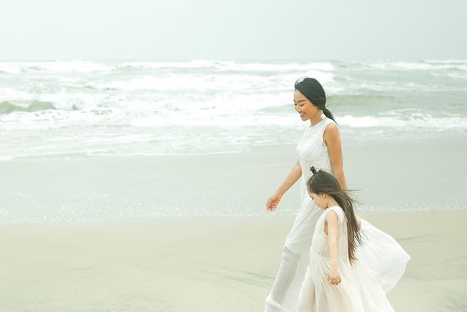 Con gái Đoan Trang mặc váy đôi với mẹ dạo biển - 2
