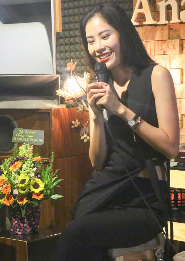 Chị gái song sinh của hoa khôi Nam Em cũng đang phấn đấu trở thành ca sĩ chuyên nghiệp. Cô còn xuất hiện trong nhiều chương trình với vai trò người mẫu, diễn viên.