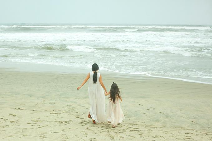 Con gái Đoan Trang mặc váy đôi với mẹ dạo biển - 3