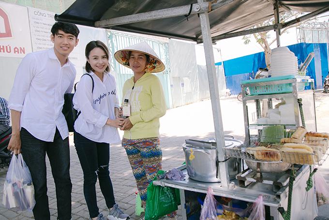 Quang Đăng, Thái Trinh chở nhau bằng xe máy đi tặng quà 8/3 cho phụ nữ nghèo - 4