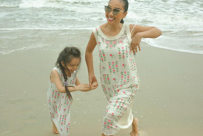 Con gái Đoan Trang mặc váy đôi với mẹ dạo biển - 4