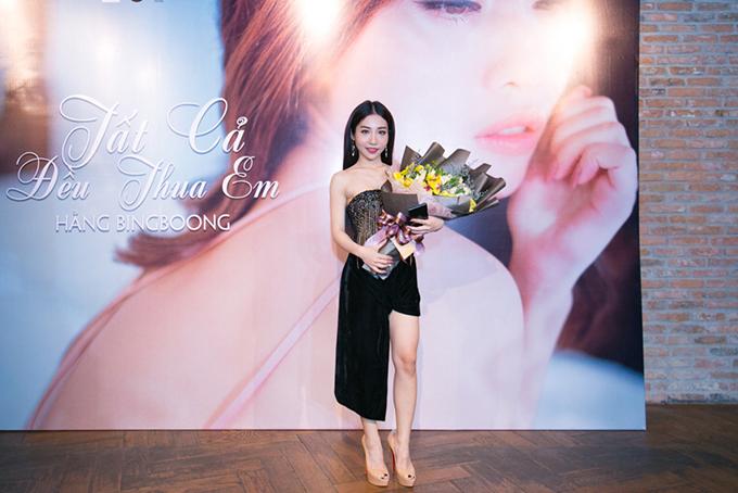 Hằng BingBoong mặc rất gợi cảm trong buổi ra mắt sản phẩm mới. Nữ ca sĩ nói, bình thường cô tinh nghịch, nam tính, nên không quen với hình tượng này.